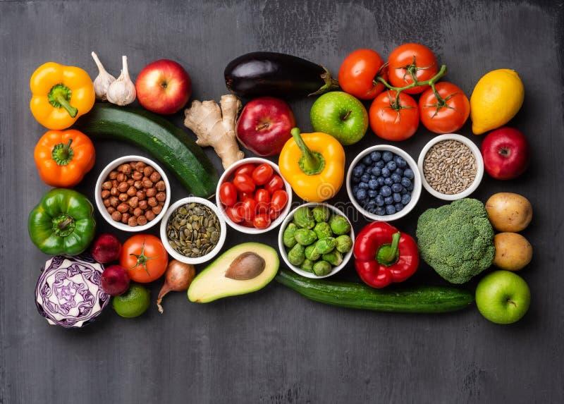 健康吃成份:新鲜蔬菜、果子和superfood 营养,饮食,素食主义者食物概念 免版税图库摄影