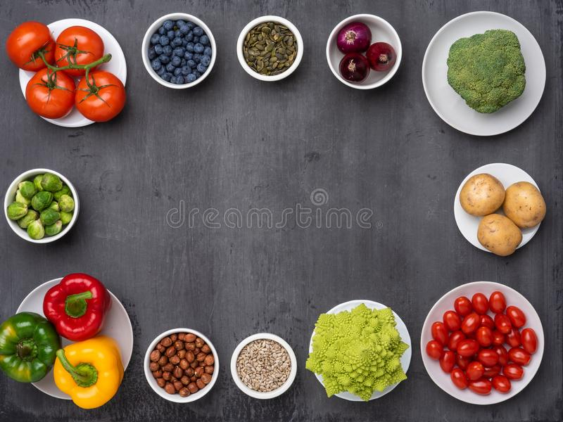 健康吃成份:新鲜蔬菜、果子和superfood 营养,饮食,素食主义者食物概念 图库摄影