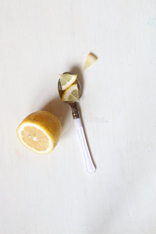 健康吃概念,在桌上的柠檬 免版税库存照片