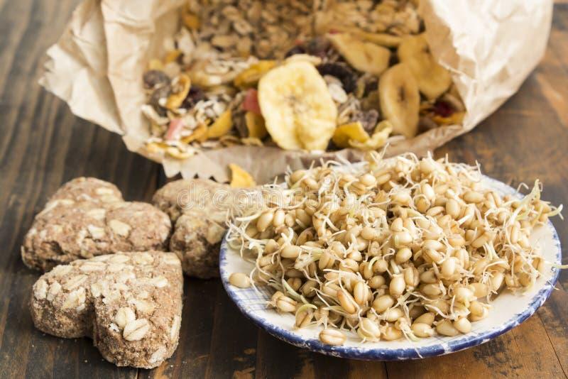健康吃,发芽的麦子、全麦曲奇饼和Muesli 库存照片