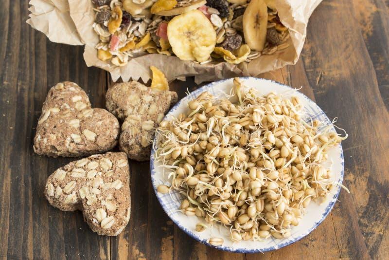 健康吃,发芽的麦子、全麦曲奇饼和Muesli 免版税库存照片