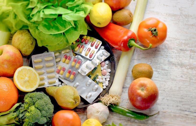 健康吃-健康食物,吃有机水果和蔬菜和营养补充 免版税库存图片