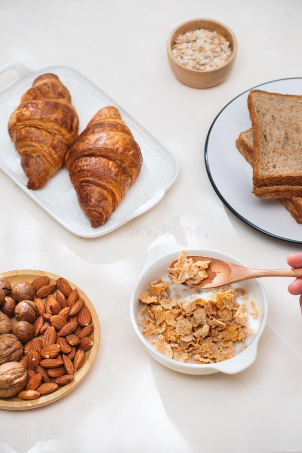 健康和五颜六色的早餐-奶蛋烘饼,松饼,杏仁,榛子,在桌上的各种各样的新鲜水果 健康食品概念 顶视图 免版税库存图片