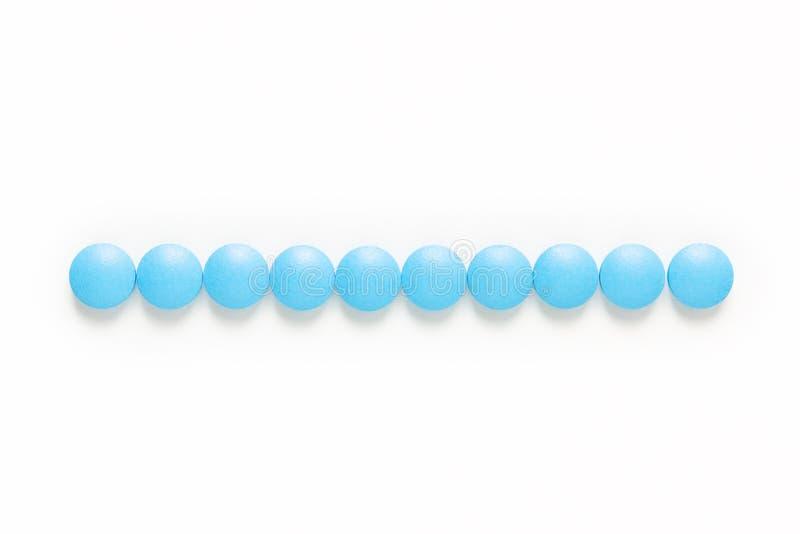 健康和疗程概念蓝色药片服麻醉剂或在白色背景的片剂与拷贝空间 图库摄影