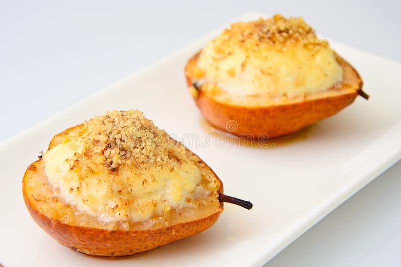 健康和饮食食物:与乳清干酪和坚果的梨 库存图片