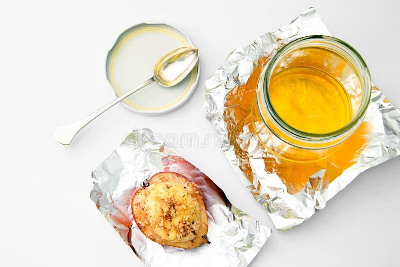 健康和饮食食物:与乳清干酪和坚果的梨 库存照片