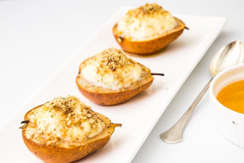 健康和饮食食物:与乳清干酪,坚果的梨 免版税库存图片