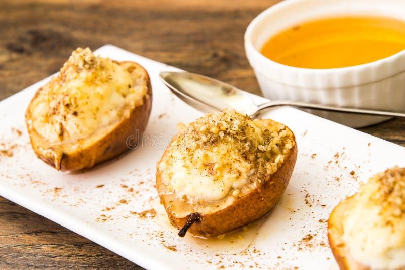 健康和饮食食物:与乳清干酪,坚果的梨 图库摄影