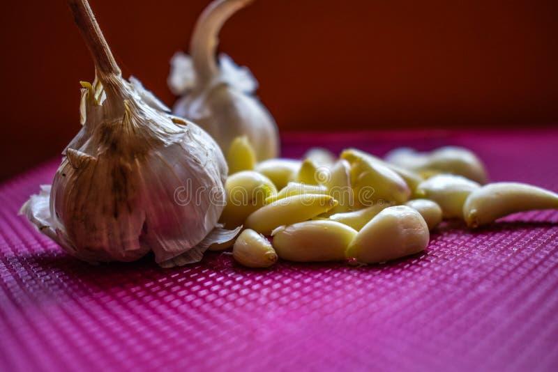 健康和鲜美大蒜未加工和被刮的形式 库存照片