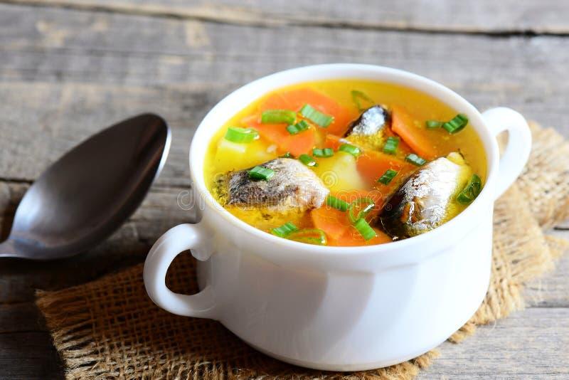 健康和滋补鱼汤 减慢与菜的煮熟的热诚的鱼汤在碗 葡萄酒木背景 特写镜头 免版税库存照片