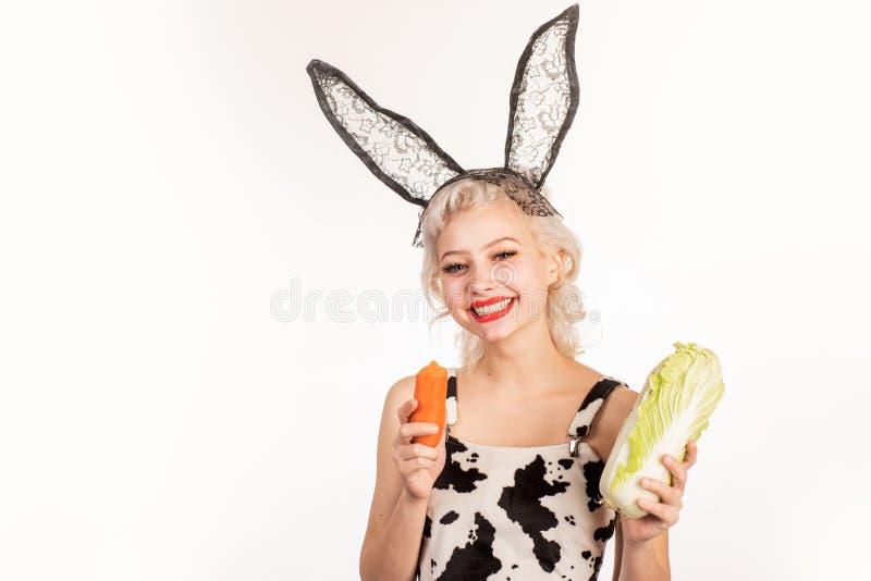 健康和vegeterian食物 有自然健康食品的愉快的女孩 素食主义者生活方式 微笑的年轻女人享用新鲜 免版税库存图片
