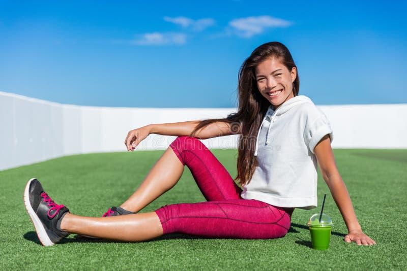 健康喝绿色圆滑的人的健身亚裔女孩 库存照片