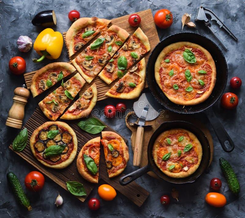 健康土气素食比萨党Flatlay  自创比萨用蕃茄、蘑菇、甜椒、茄子和蓬蒿 免版税图库摄影