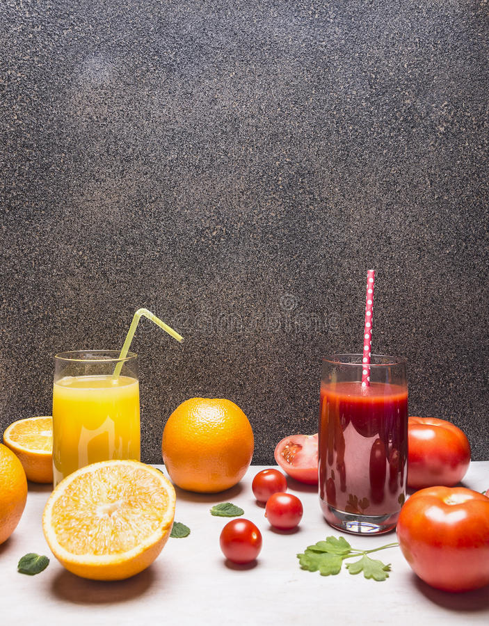 健康在玻璃的食物新鲜的汁与秸杆,桔子和蕃茄边界,有正文木土气背景顶视图 免版税库存照片