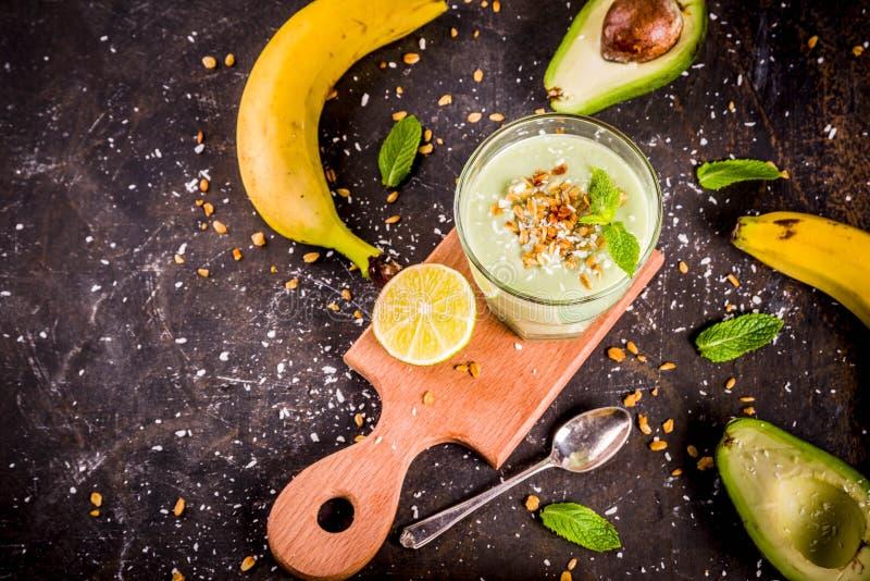 健康夏天饮料、鲕梨和香蕉圆滑的人与石灰, gra 免版税库存照片