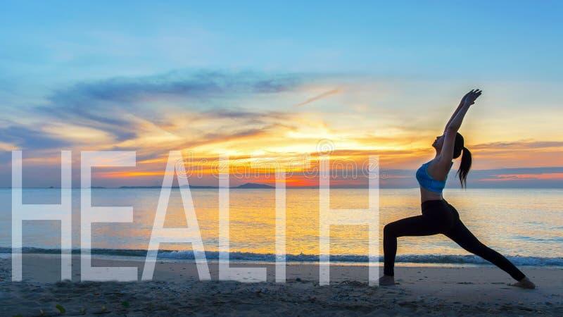 健康好 凝思瑜伽生活方式在海日落的妇女剪影, 免版税库存图片