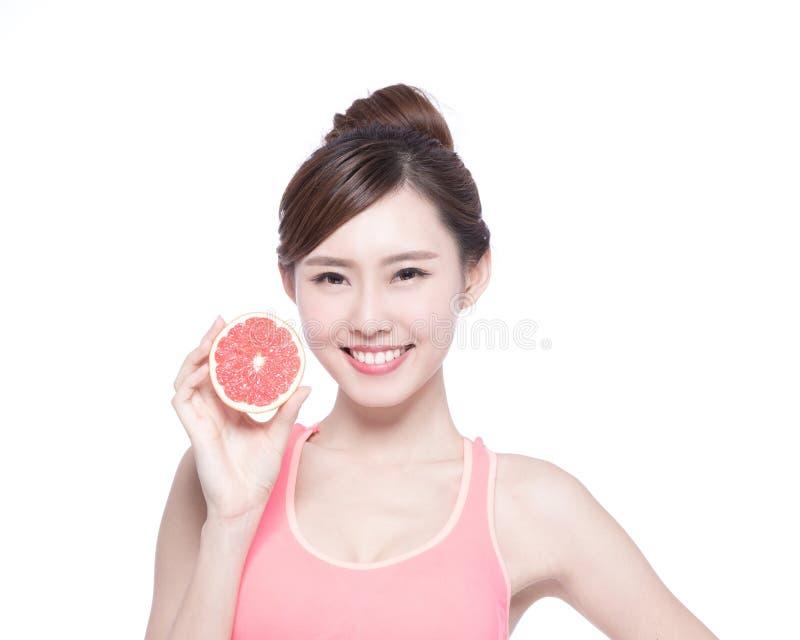 健康妇女用葡萄柚 免版税库存图片
