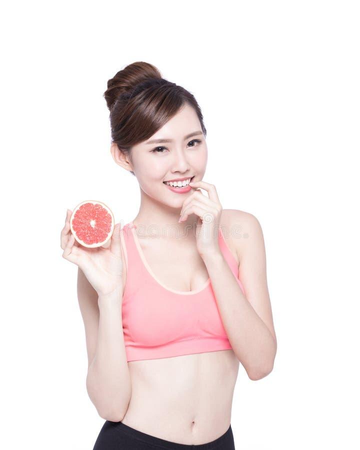 健康妇女用葡萄柚 图库摄影