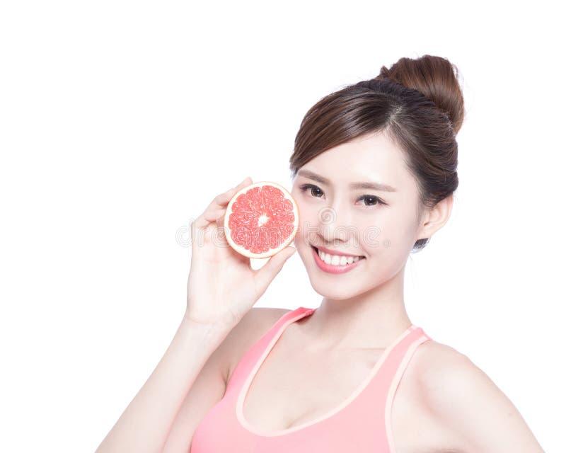健康妇女用葡萄柚 免版税库存照片