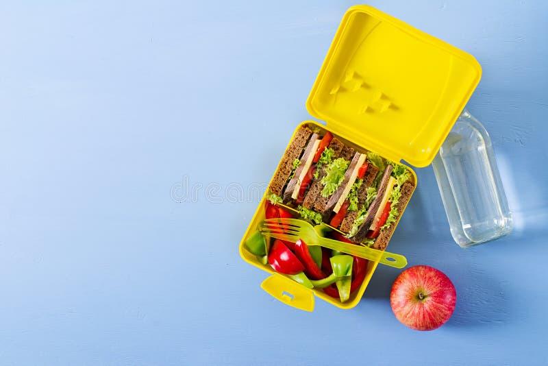 健康学校午餐箱子用牛肉三明治和新鲜蔬菜 库存图片