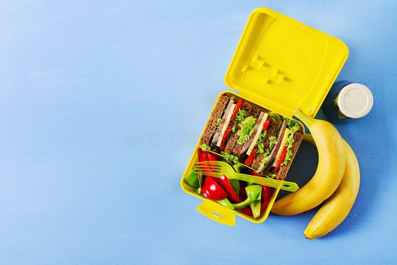 健康学校午餐箱子用牛肉三明治和新鲜蔬菜 库存照片