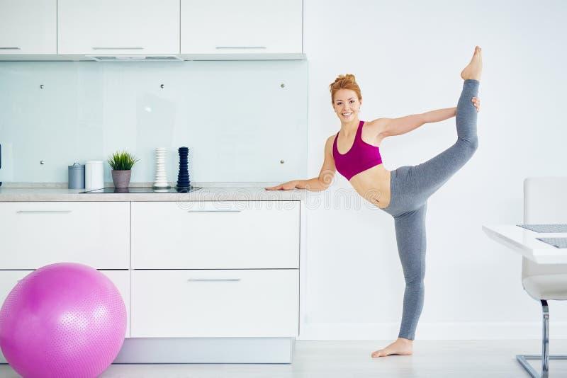 健康少妇实践的健身在家 免版税库存照片