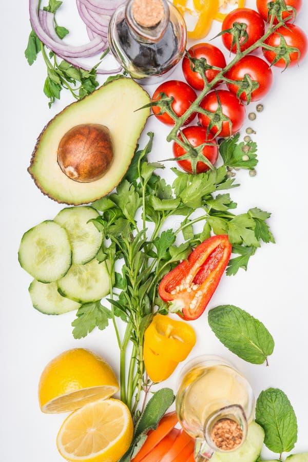健康干净的吃布局、素食食物和饮食营养概念 沙拉的各种各样的新鲜蔬菜成份 免版税库存图片