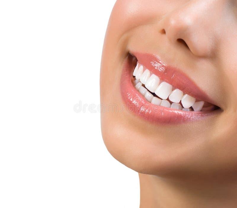 健康微笑。漂白的牙 免版税库存照片