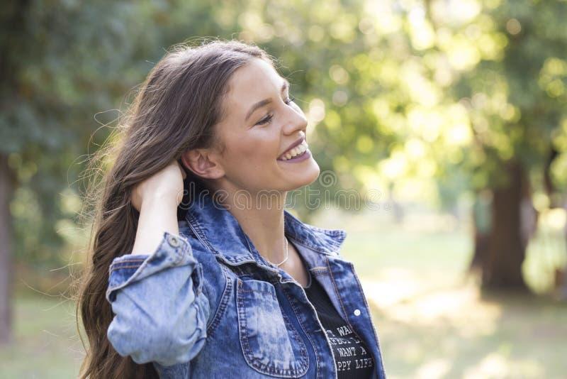 健康微笑的女孩在公园 库存照片