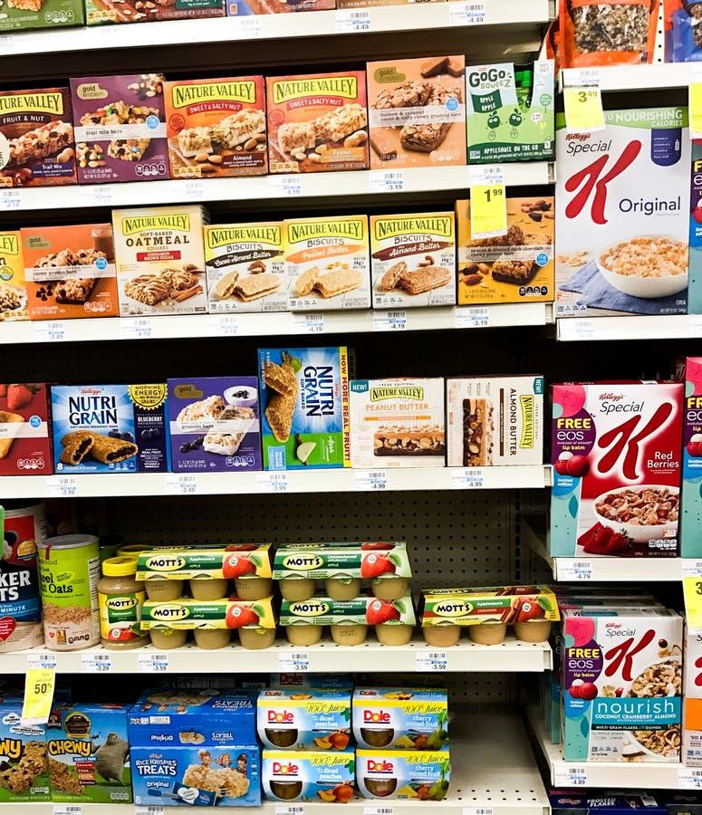 健康快餐和苹果酱待售在杂货店 免版税库存照片