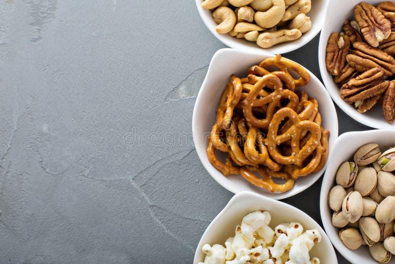健康快餐品种在白色碗的 库存图片