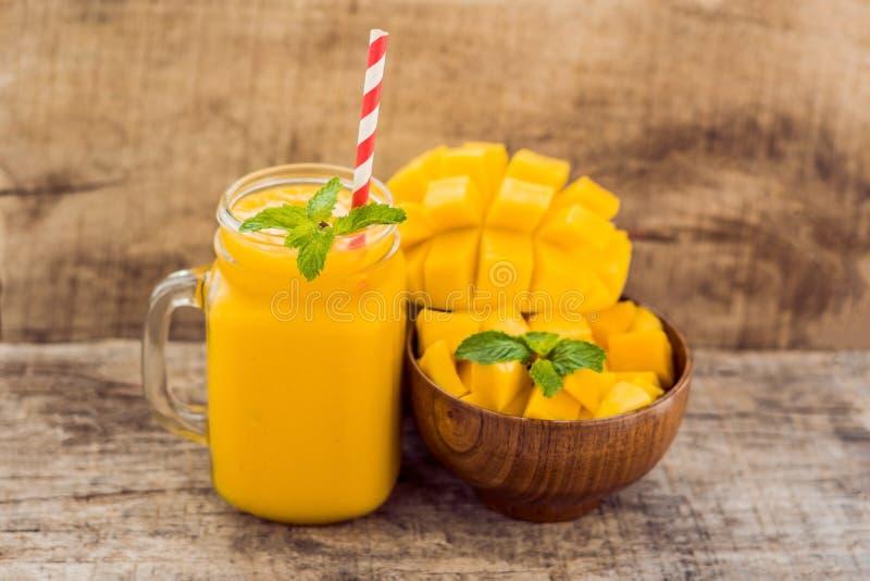 健康成熟黄色芒果圆滑的人,芒果果子和芒果立方体 免版税库存照片