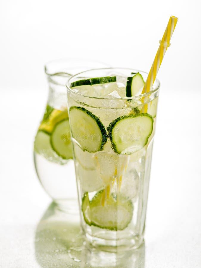 健康戒毒所泡沫腾涌的水用柠檬和黄瓜在Highball gl 免版税库存照片