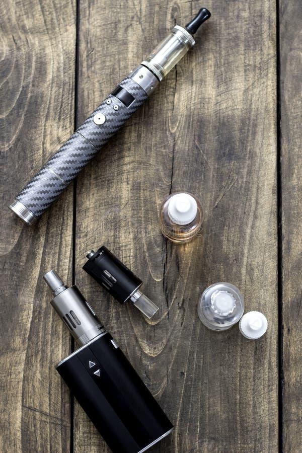 健康抽烟的成套工具在木桌上 免版税库存照片