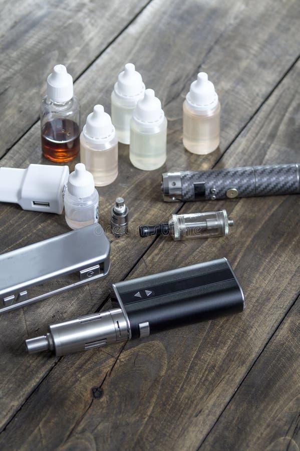 健康抽烟的成套工具在木背景 免版税库存图片