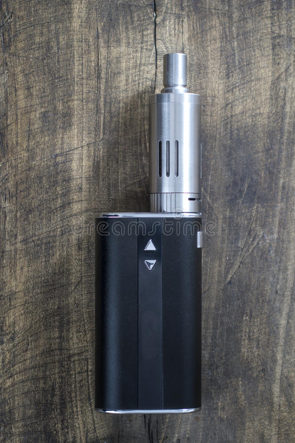健康抽烟的成套工具在木背景 库存图片