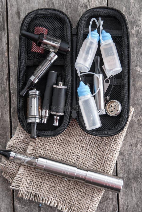健康抽烟的成套工具在老木板条 库存图片