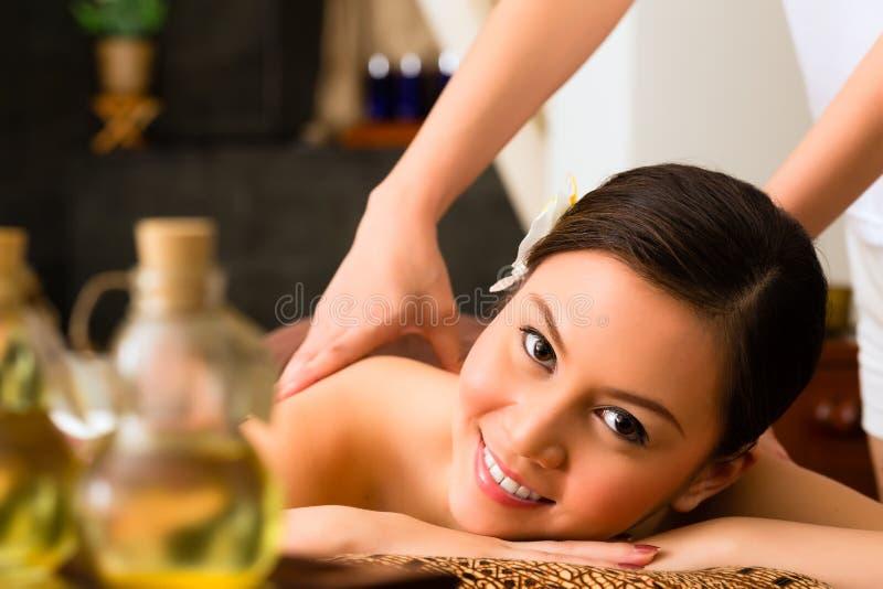 健康按摩的中国妇女与精油 图库摄影