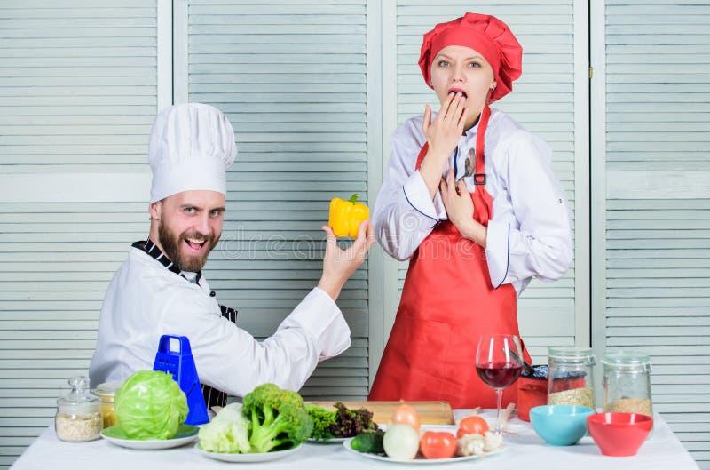 健康提案 加入健康生活方式 对女孩的人厨师提议黄色胡椒 请尝试 您将吃胡椒 免版税库存图片