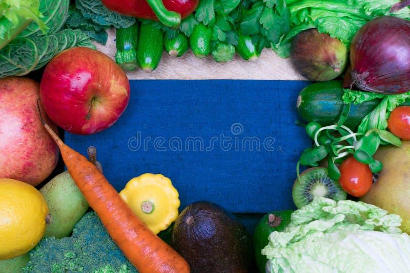 健康新鲜的coloresd菜和果子与烹调笔记 素食主义者食物 纤维资源 免版税库存图片