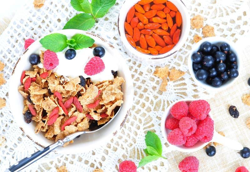 健康早餐、酸奶与格兰诺拉麦片和莓果在白色桌上 库存照片