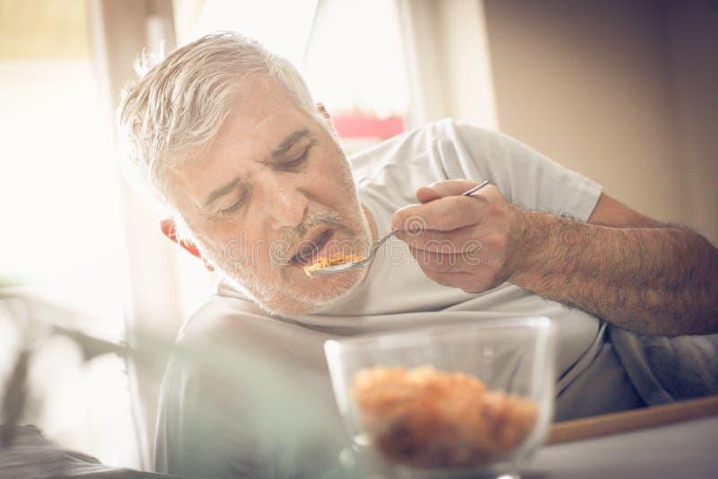 健康早餐人在床上 库存图片
