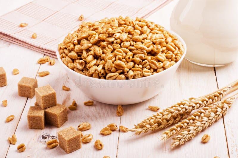 健康早餐喘气了空气米和牛奶 免版税库存图片