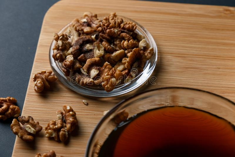健康早餐成份:蜂蜜,核桃,在黑暗的背景 免版税库存照片