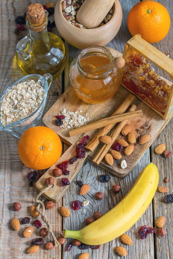 健康早餐成份:muesli,果子,葡萄干,蜂蜜和 免版税图库摄影