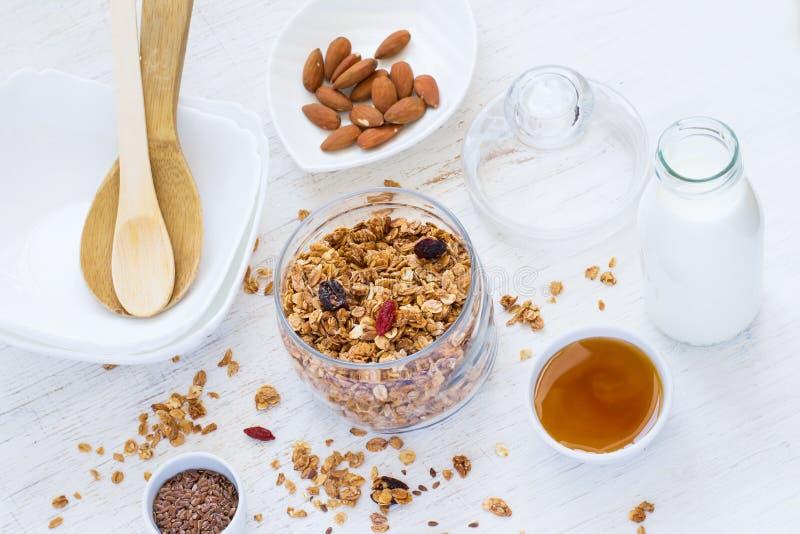 健康早餐新鲜的格兰诺拉麦片用干莓果,坚果,蜂蜜 图库摄影