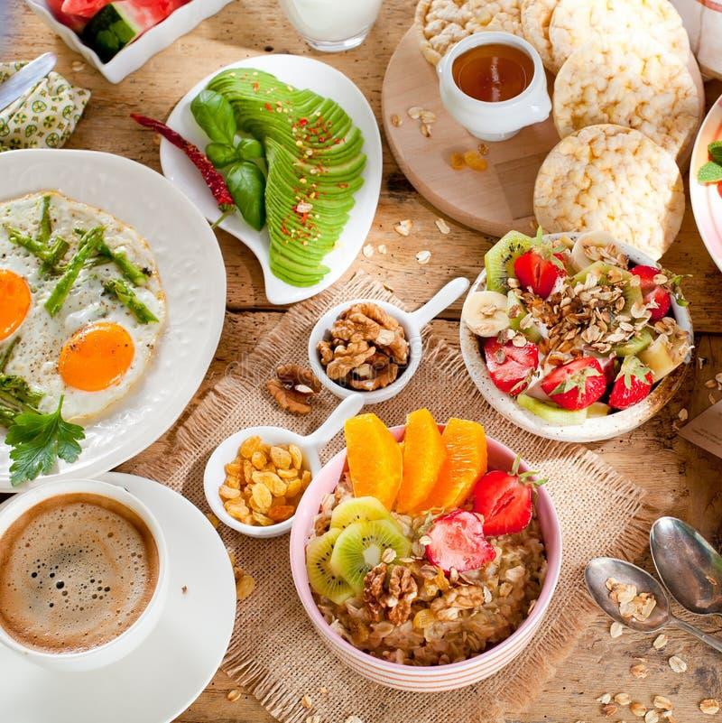 健康早餐新鲜的muesli用酸奶和莓果在木背景 库存照片