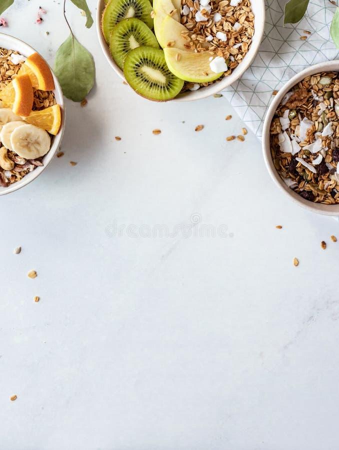 健康早餐概念,谷物格兰诺拉麦片食物用在碗,顶视图的果子 免版税库存照片