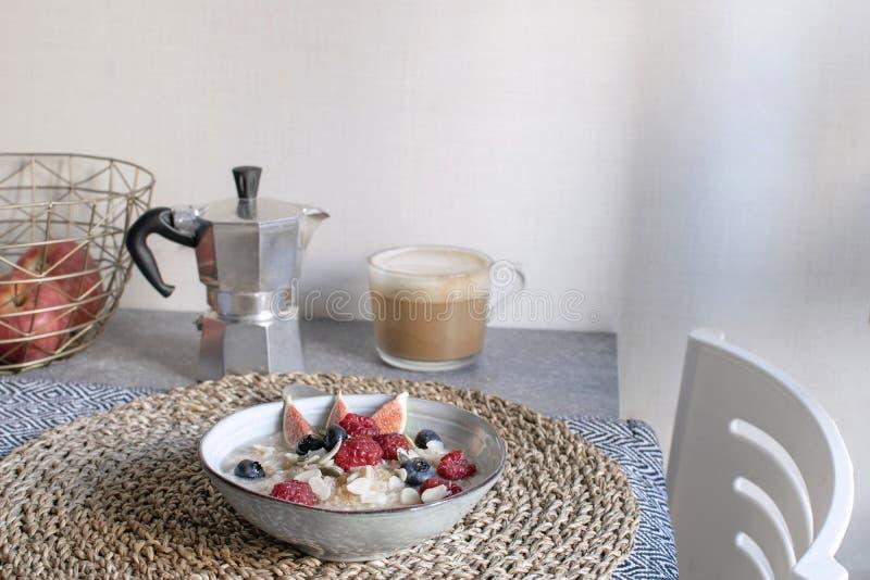 健康早餐概念-燕麦粥用成熟莓果和咖啡 库存图片