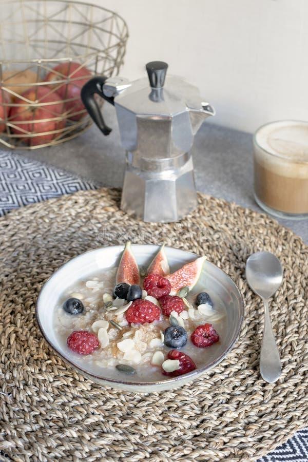 健康早餐概念-燕麦粥用成熟莓果和cappuc 库存照片